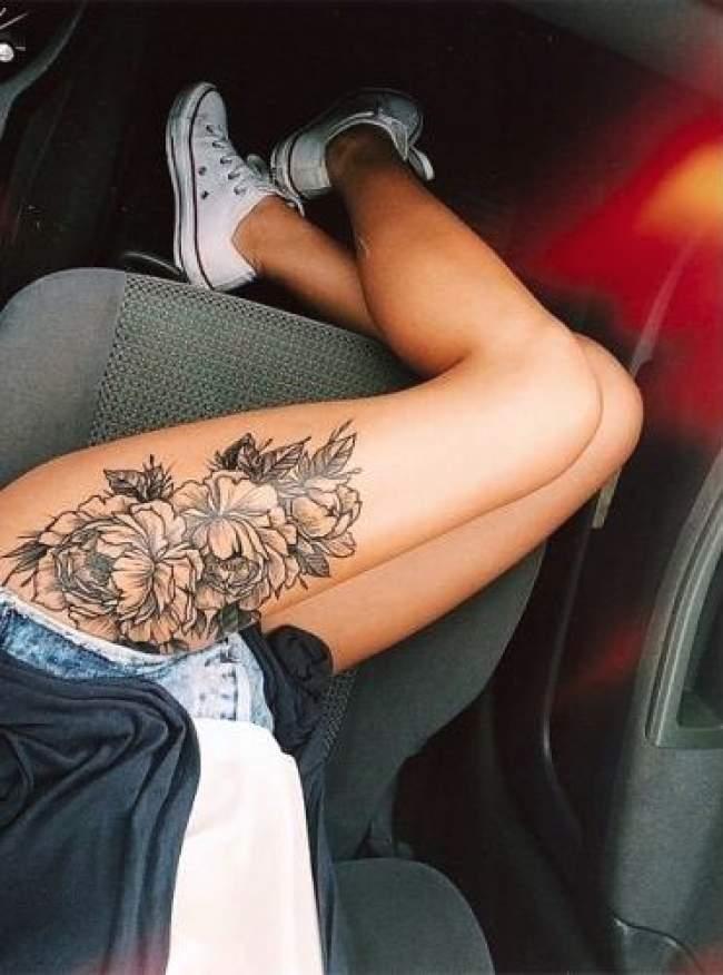 idee,tatouage,roses,noir,et,gris,femme,cuisse,
